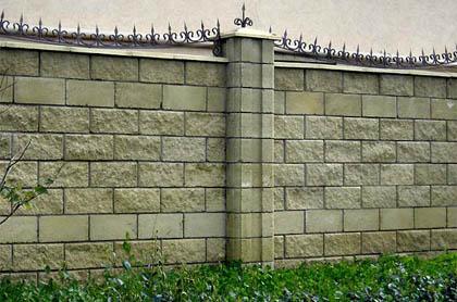 Забор из колотого блока